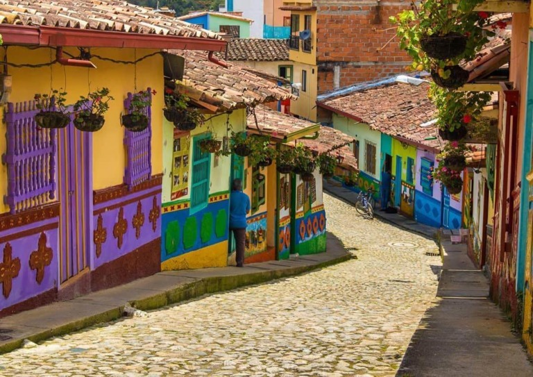 Medellin to Guatapé: Buses and Day Tours